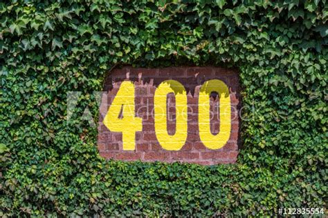 400 feet sign on the outfield wall of Wrigley Field in